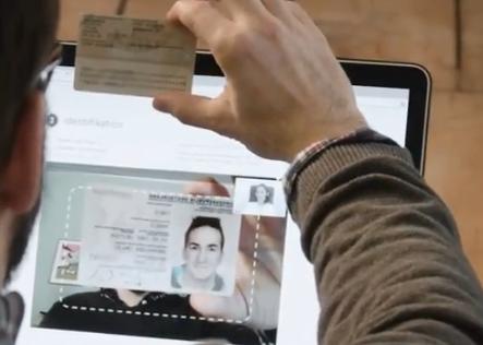 Der Kunde muss seinen Ausweis gut sichtbar in die Kamera halten.