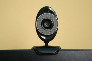 Ein Mitarbeiter prüft mit Hilfe des Videoident Verfahrens Ihre Daten.
